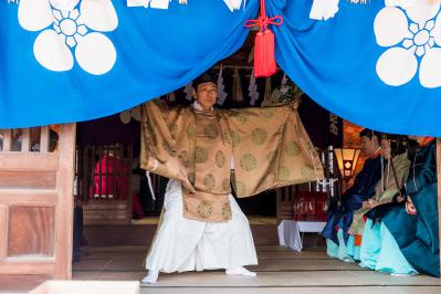 祭事では舞が披露されます。